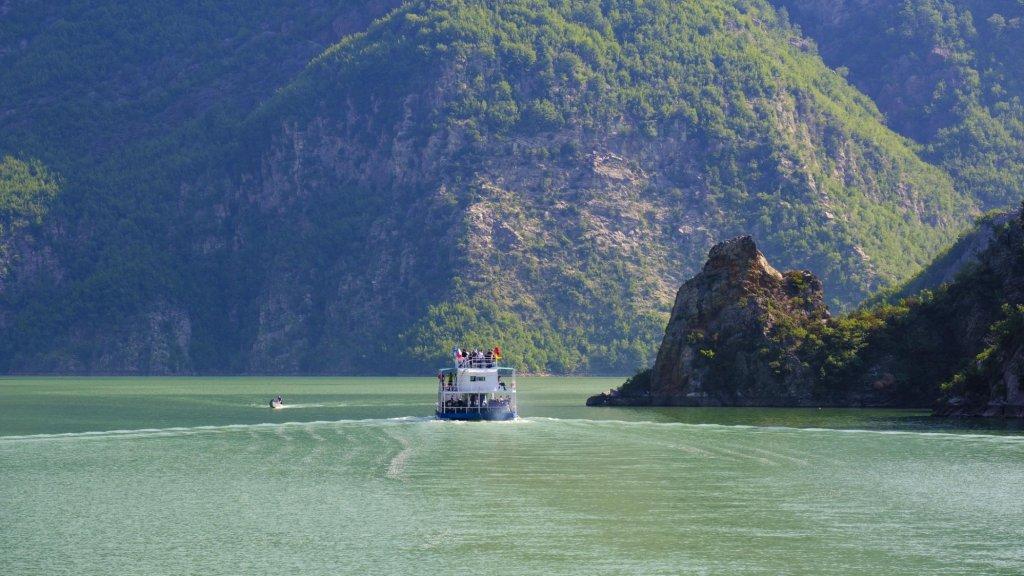 Een veerboot op het Koman-meer in Albanië.