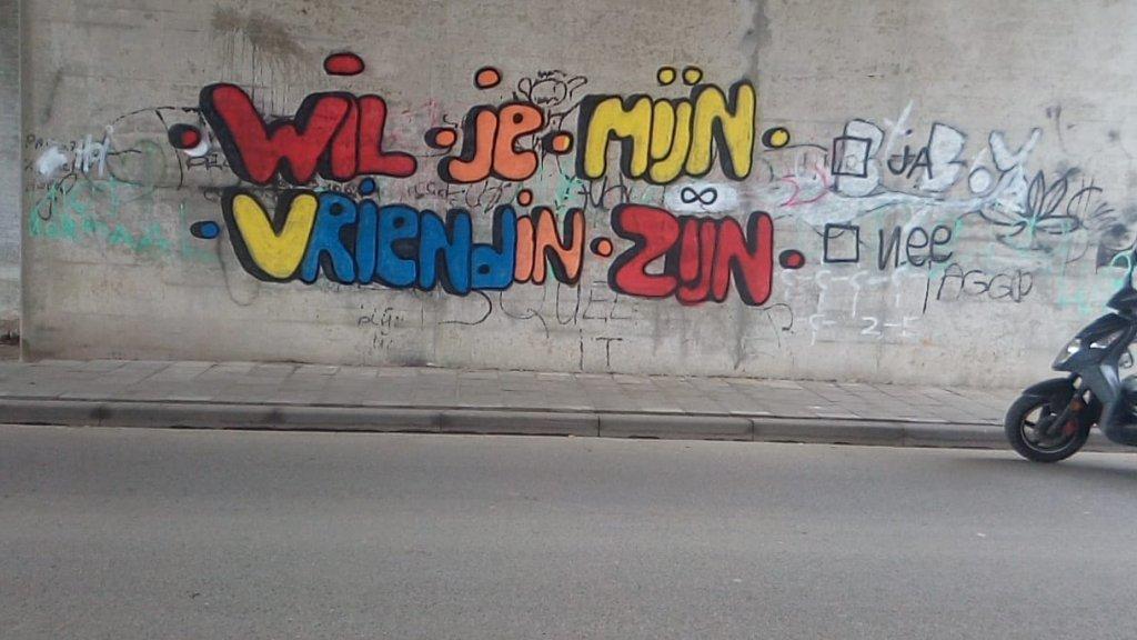 De politie betrapte Don Juan Fabian op heterdaad toen hij zijn romantische boodschap op de muur aanbracht.