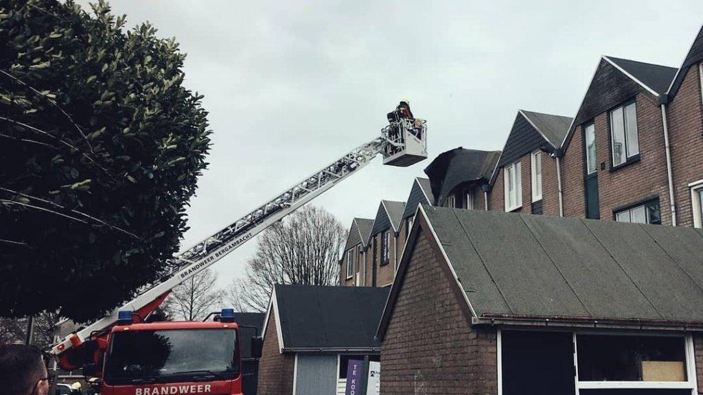 De brandweer wordt ingeschakeld als de situatie gevaar oplevert, zoals een dakdeel dat dreigt weg te waaien.
