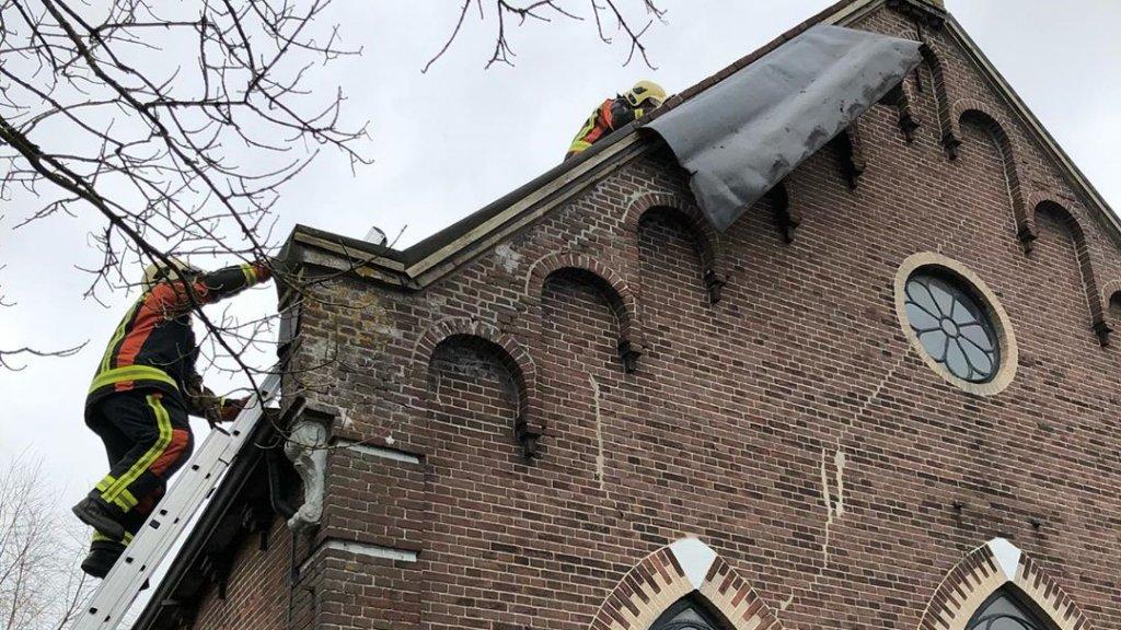Brandweerlieden in actie in de gemeente Nieuwkoop.