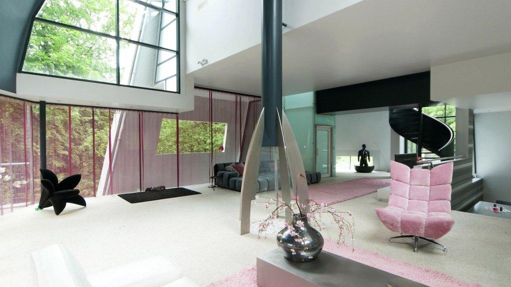 De woonkamer van de futuristische villa.