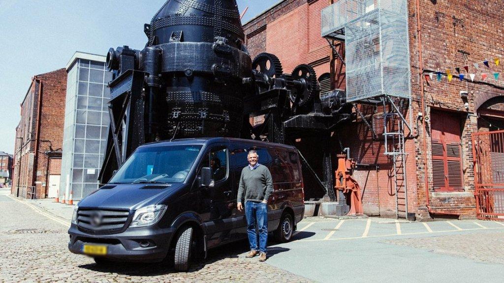 Jacobs bij de scharenfabriek in Sheffield.