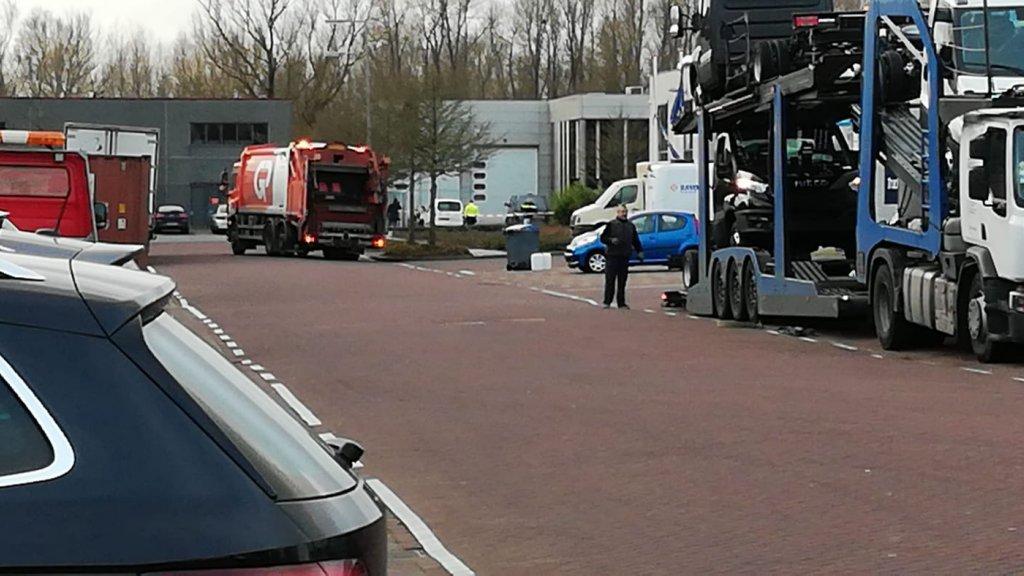 De straat in Amsterdam waar de bombrief ontplofte, is afgezet.