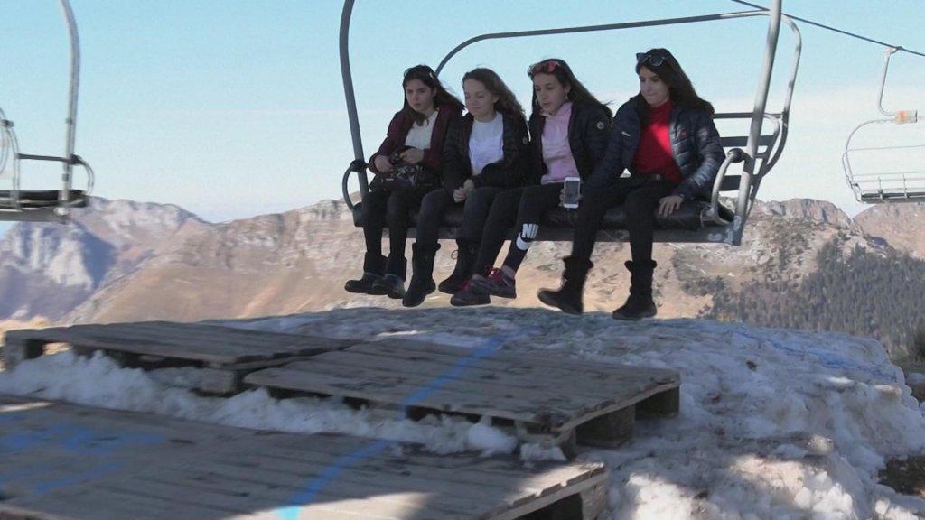 Wandelaars komen aan bij de bergtop.