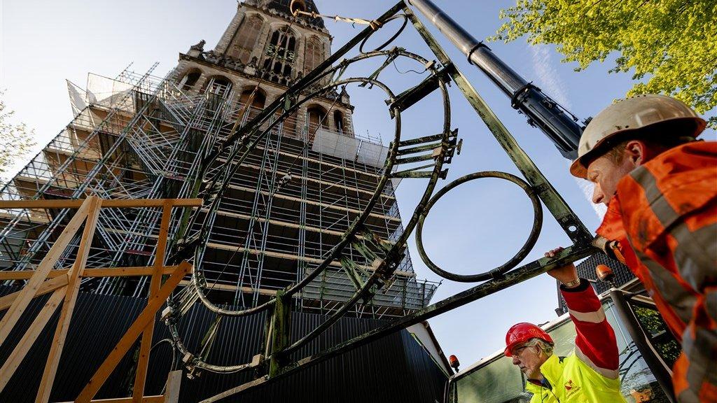De domtoren wordt gerenoveerd. Vandaag gaat de eerste steen uit de toren.