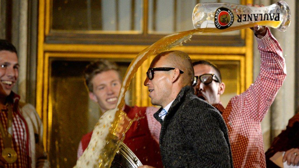 Robben is de pineut als Ribéry een laars bier over hem heen gooit, tijdens de kampioensviering van 2014