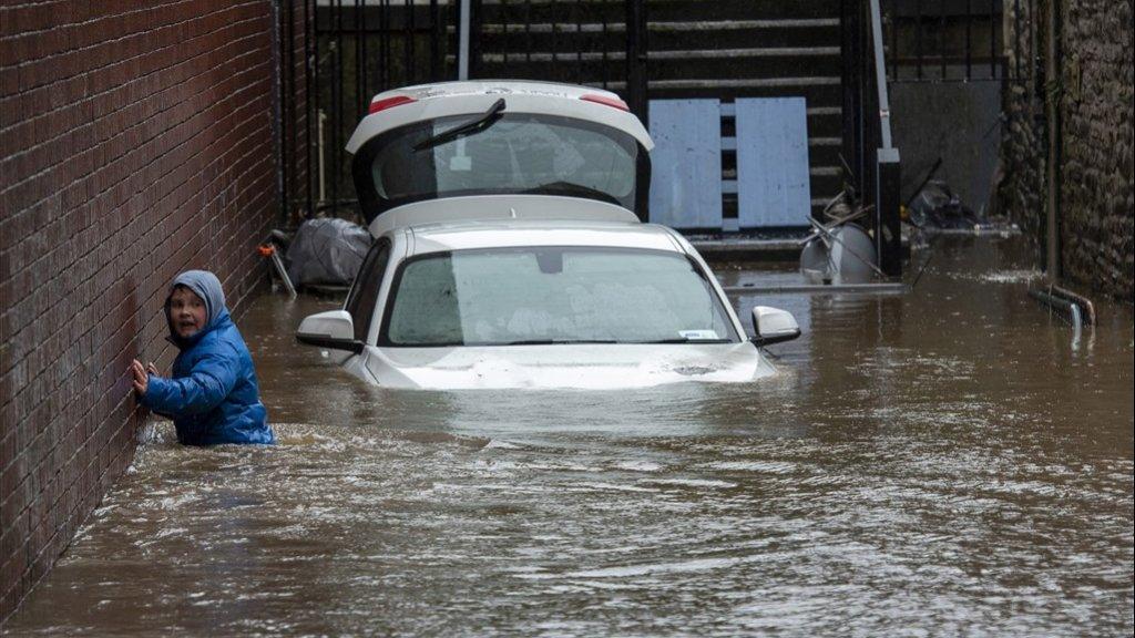 Een overstroomde oprit in Pontypridd in Wales.