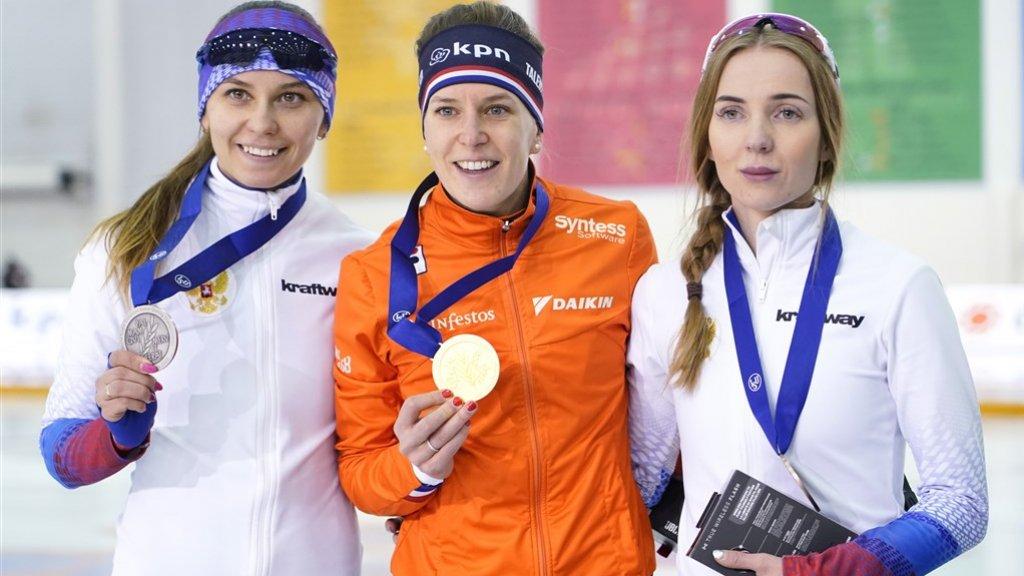 Ireen Wüst met haar gouden medaille.