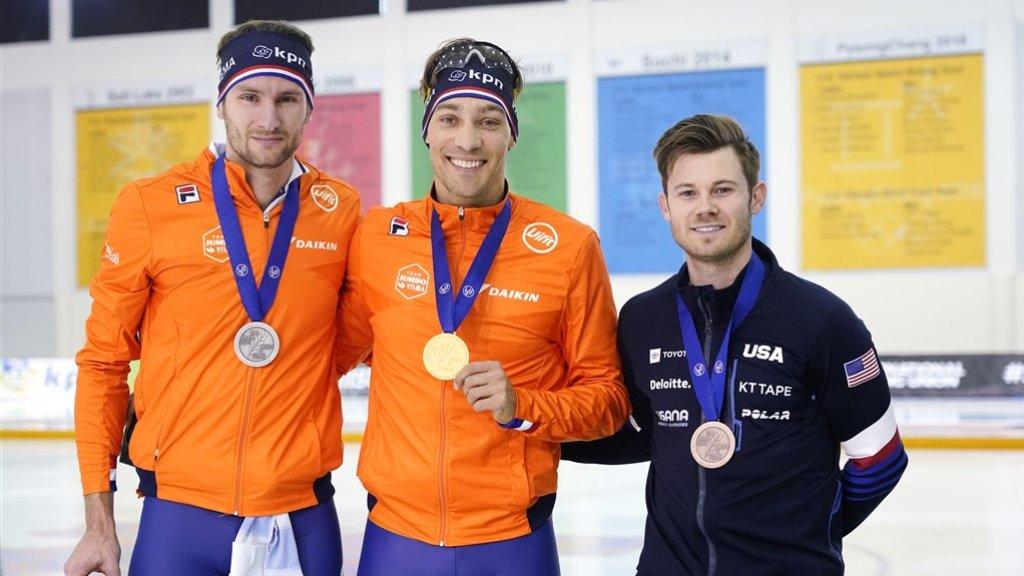 Thomas Krol, Kjeld Nuis en Joey Mantia tijdens de huldiging op de 1500 meter.
