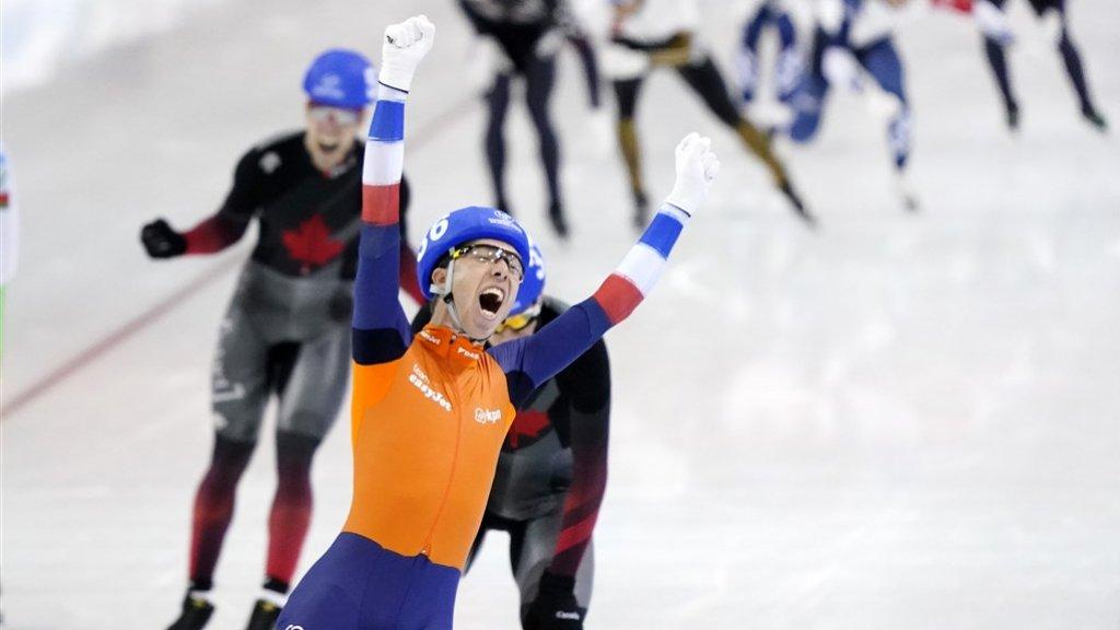 Jorrit Bergsma wint verrassend goud, nadat ploeggenoot Arjan Stroetinga ten val kwam.