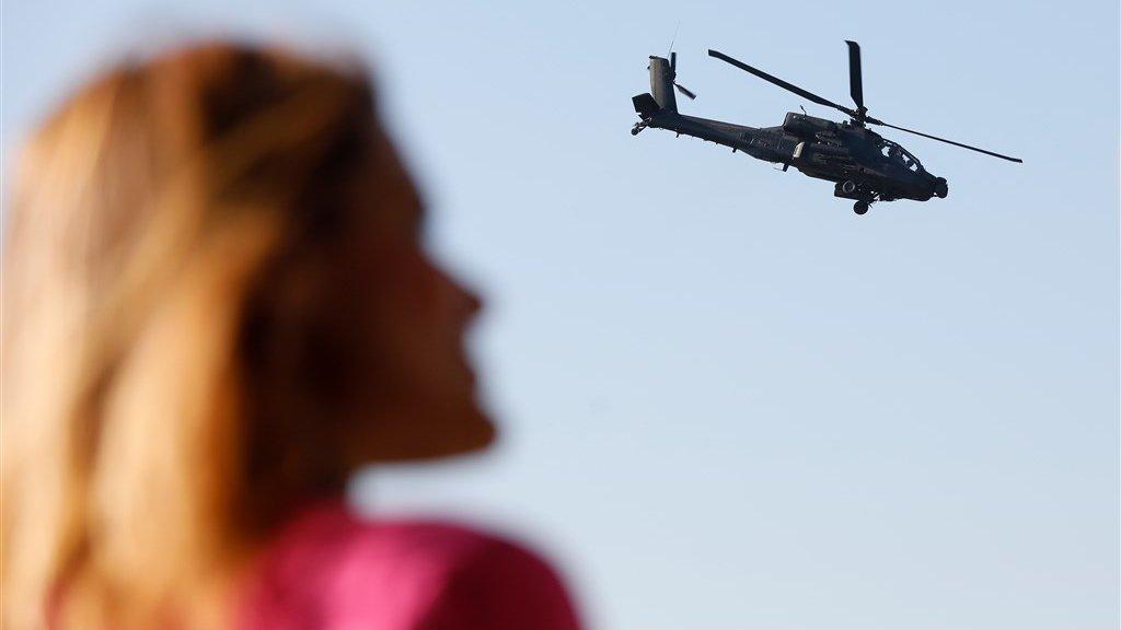 Staatssecretaris Barbara Visser met een Apache gevechtshelikopter van de Nederlandse luchtmacht.