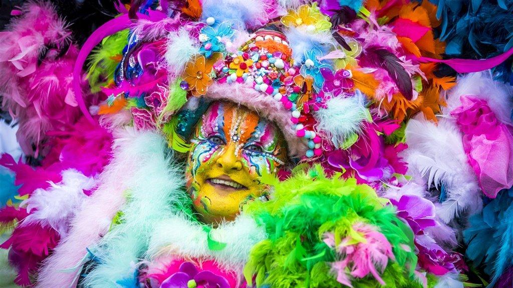 In Limburg wordt veel aandacht besteed aan schminken en kleurrijke outfits.