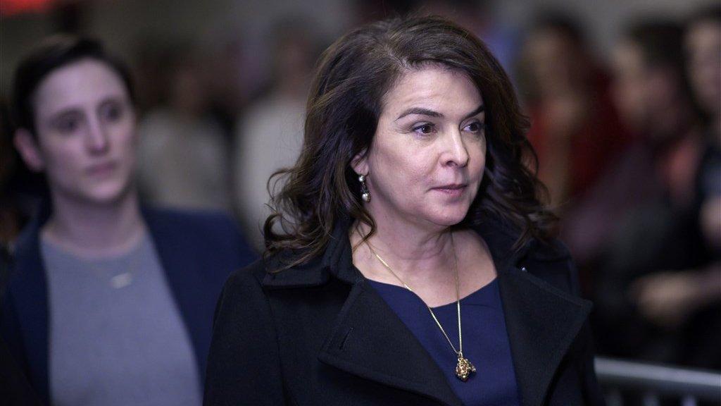 """""""Hij kroop bovenop mij en verkrachtte me"""", verklaarde actrice Annabella Sciorra. De veronderstelde verkrachting uit 1993 is verjaard, maar ze getuigde wel in het proces om aan te tonen dat het gedrag van Weinstein een patroon zou zijn."""