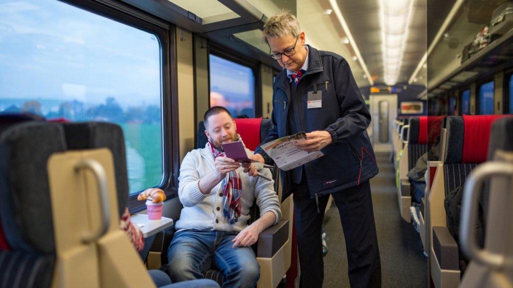 Conducteur controleert de nog altijd papieren Interrail Pas.