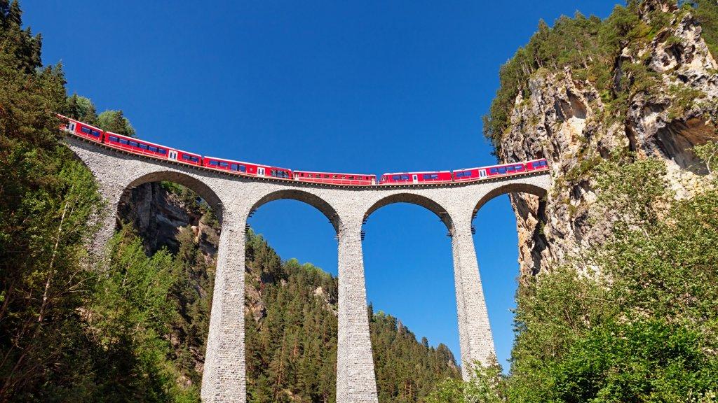 De Glacier Express op het Landwasserviaduct.