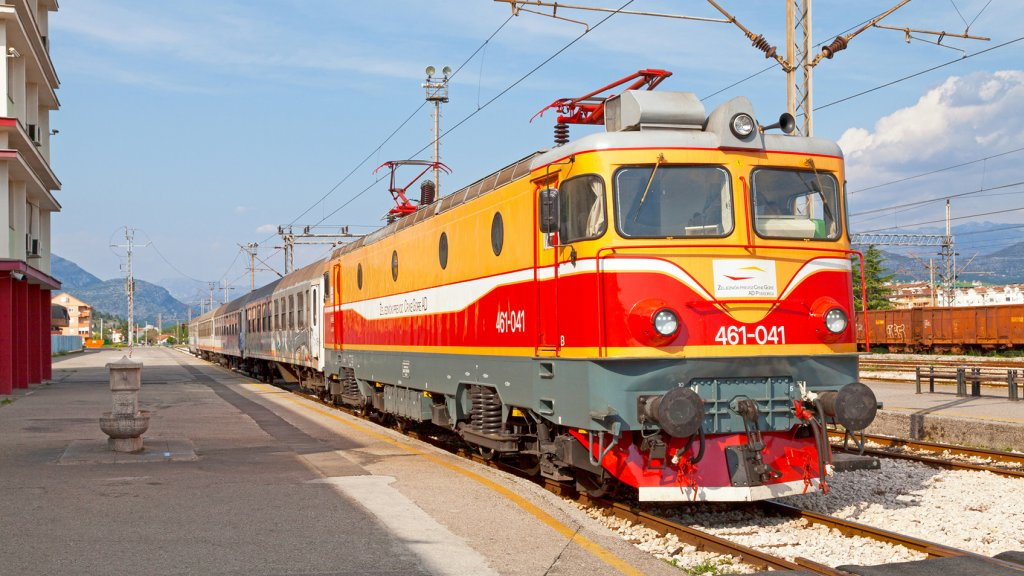 Trein aan het perron van Podgorica, Montenegro.