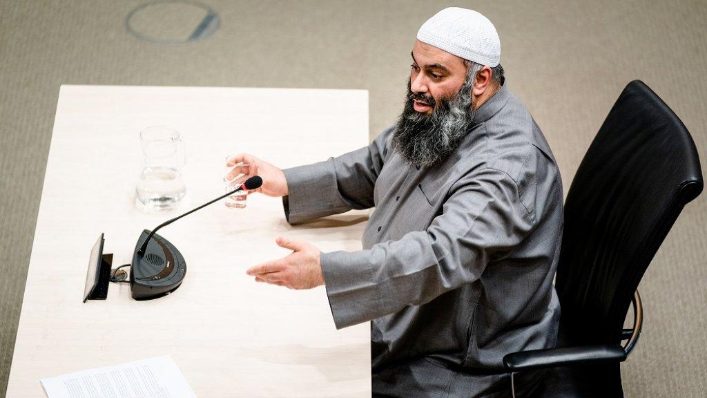 De imam tijdens zijn verhoor.