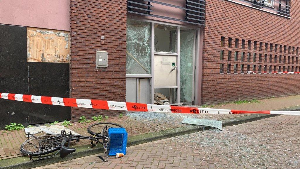 Op één van de scholen werd een gevel opgeblazen.
