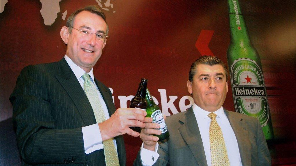 Van Boxmeer (l) proost op de overname van de biertak van het Mexicaanse concern Femsa, in 2010.