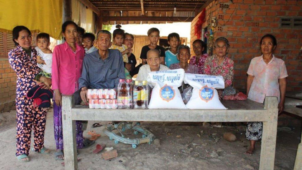 De zussen met hun broer (links) en kinderen en kleinkinderen.