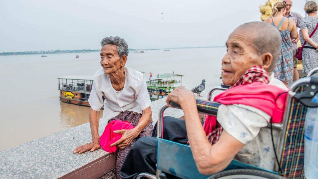 Zussen Bun Chea en Bun Sen op tour door de hoofdstad.