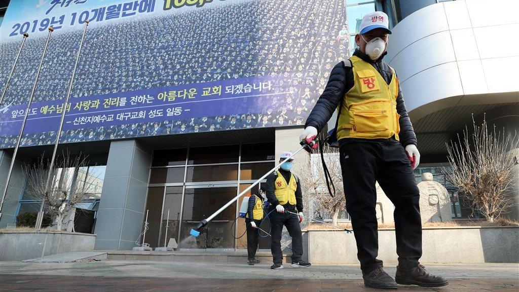 De Shincheonji-kerk in Daegu wordt gedesinfecteerd.