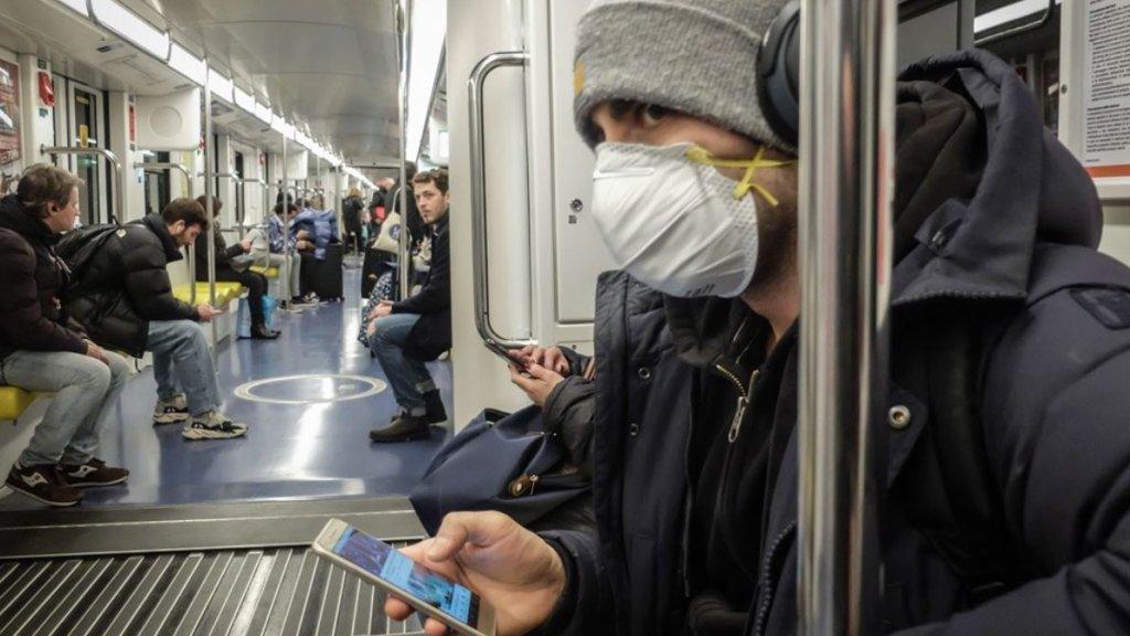 Man met mondkapje in metro van Milaan