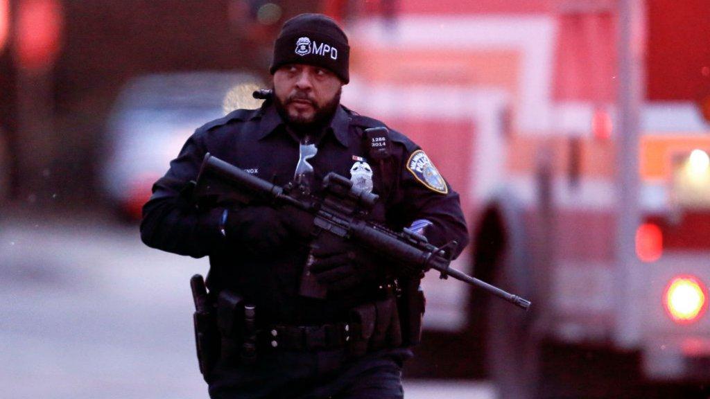 Een politieagent patrouilleert in Milwaukee.