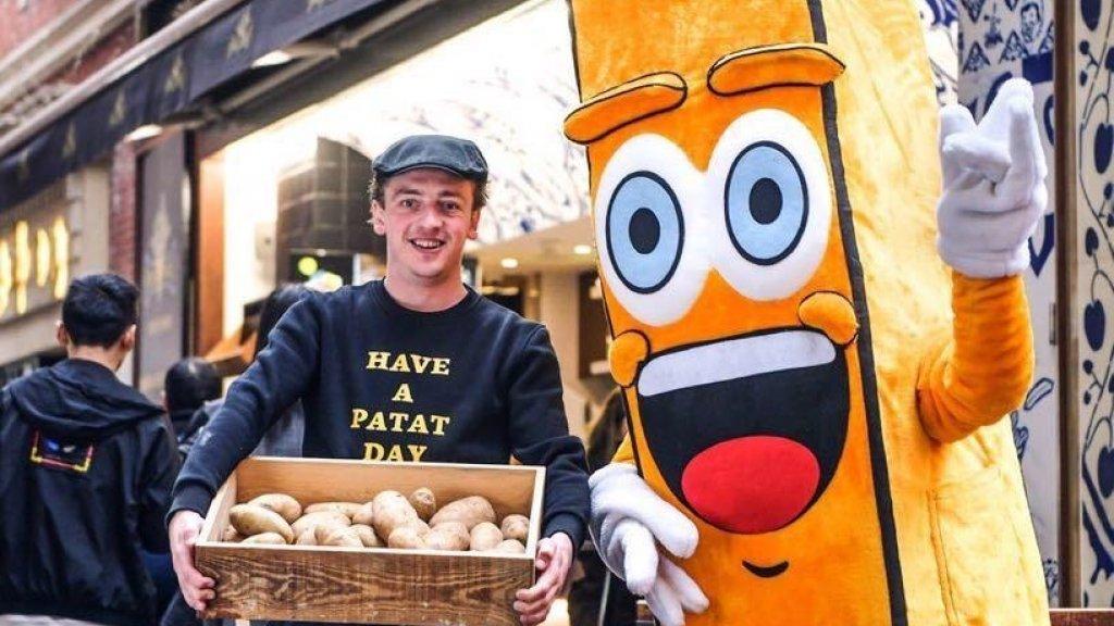 Ruben de Hoog met de mascotte van Royal Patat in Shanghai.