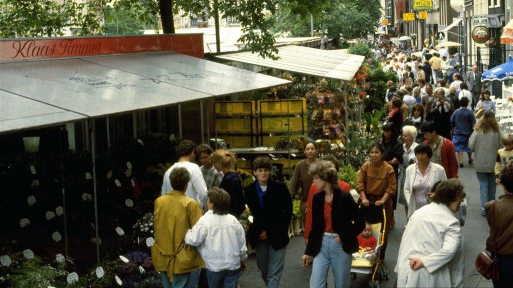 De bloemenmarkt in 1984, toen nog vol bloemen en planten.