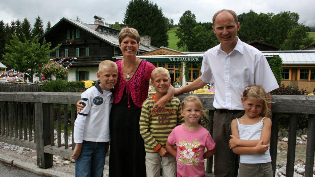 De familie Kramer in het tv-programma Ik Vertrek (Sara staat helemaal rechts)
