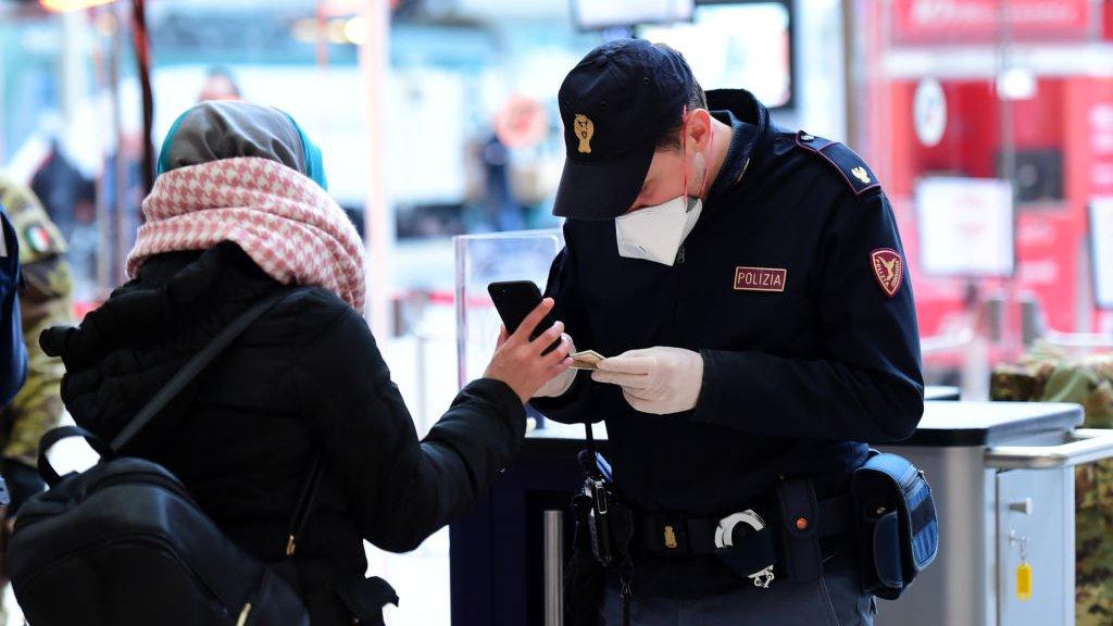 Politie in Milaan controleert of mensen wel een goede reden hebben om de straat op te gaan.