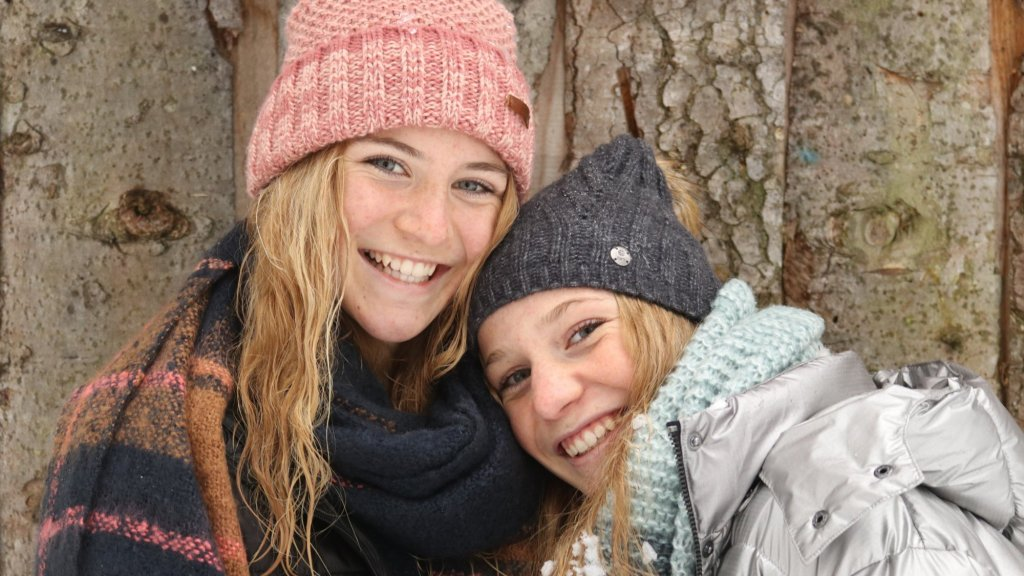 Sara (links) met haar zusje Femke.