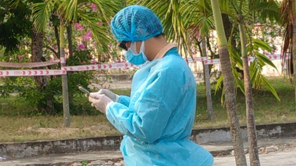 Artsen in beschermende pakken hebben tests afgenomen.