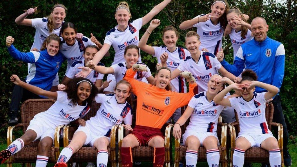 De meiden van VV Alkmaar waren zo blij met deze unieke kans.