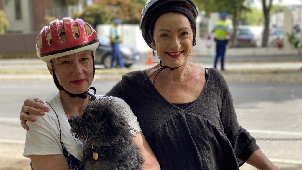 Beverly Mason (links) en Rae Davie (rechts).
