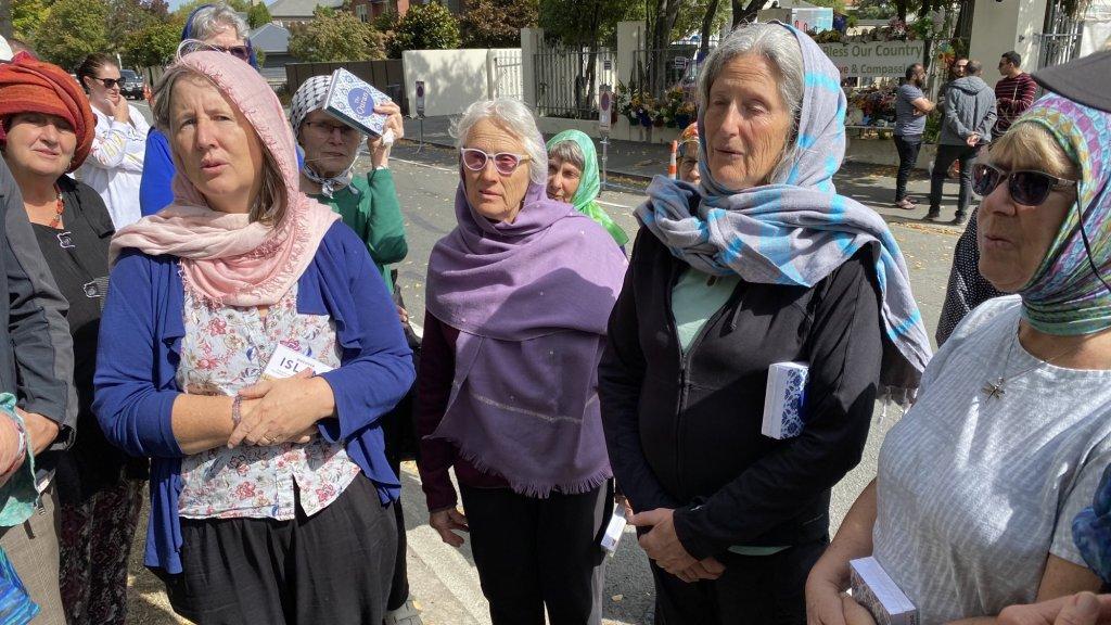 De groep vrouwen zingt een lied voor Abdul, die zijn echtgenote verloor bij de terreuraanslag.
