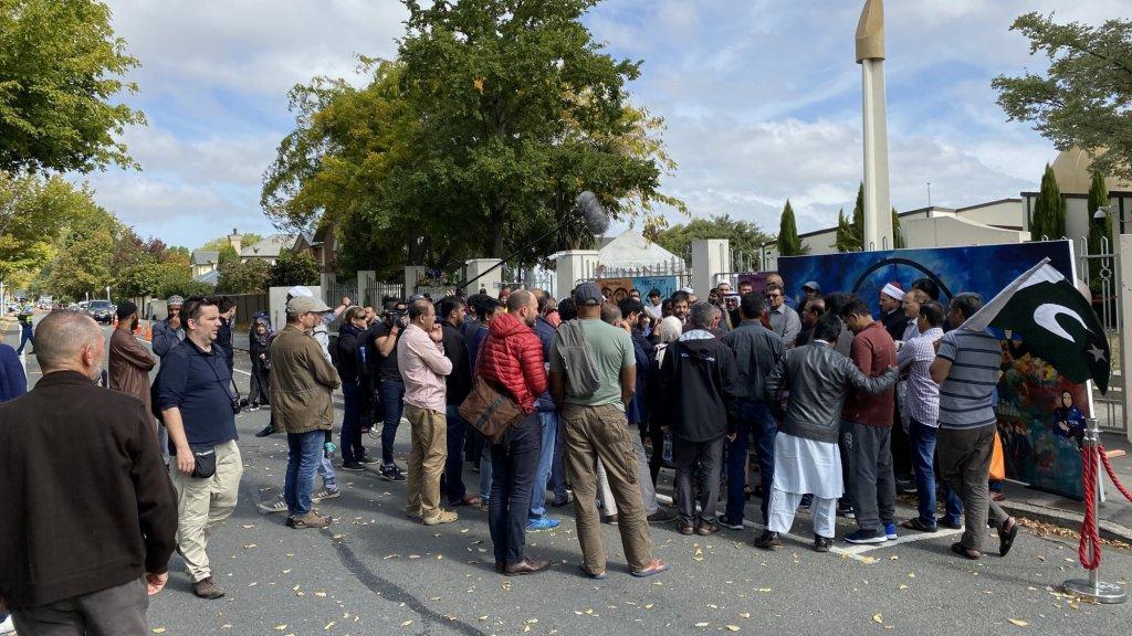 Veel mensen komen naar de moskee om de slachtoffers te herdenken.