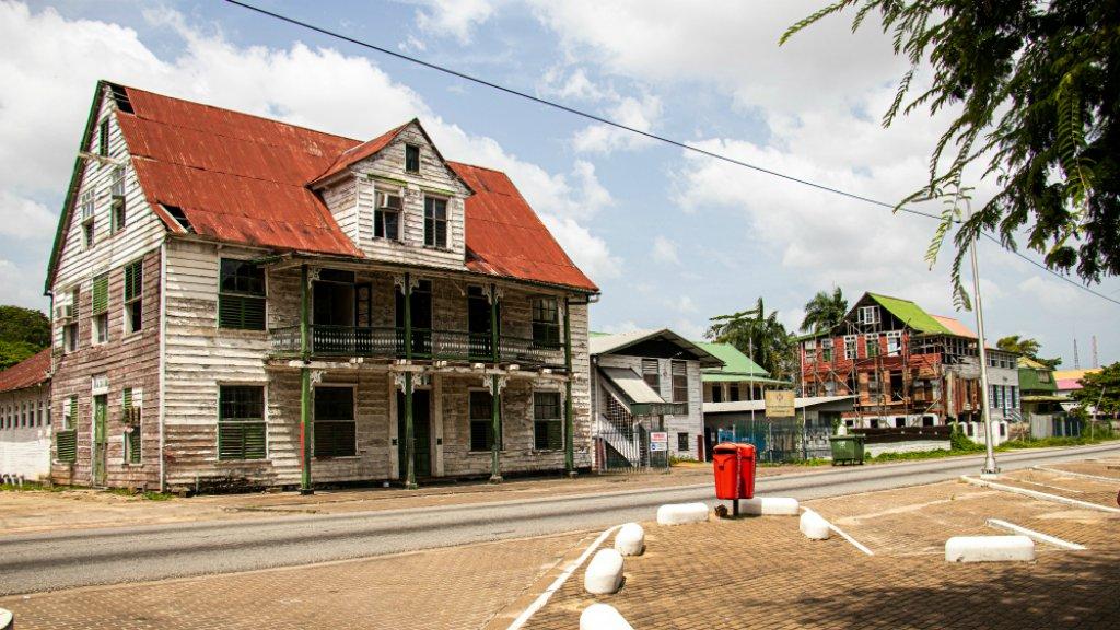 Straatbeeld in Paramaribo, vlakbij de Palmentuin.