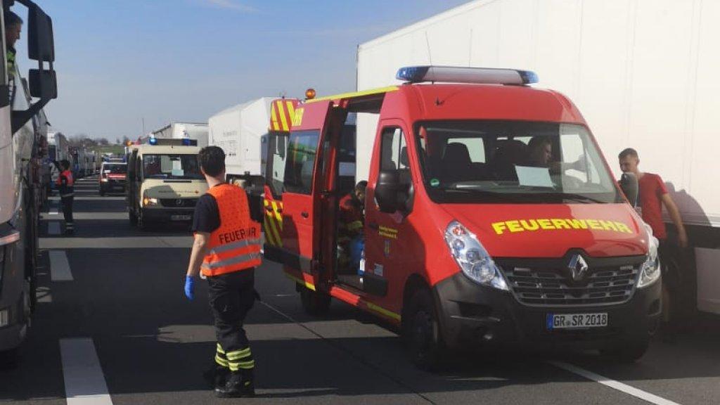 Het Rode Kruis deelde lunchpakketten uit aan de chauffeurs in de file.