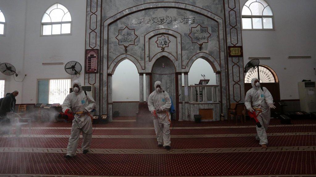 De moskeeën zijn gesloten en worden uit voorzorg gereinigd.
