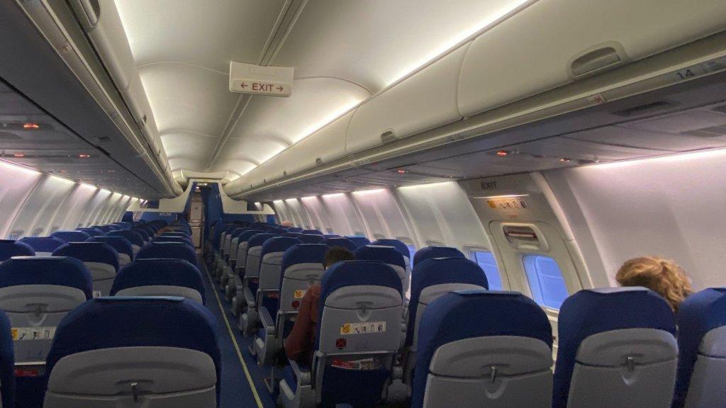Het vliegtuig was zo goed als leeg.