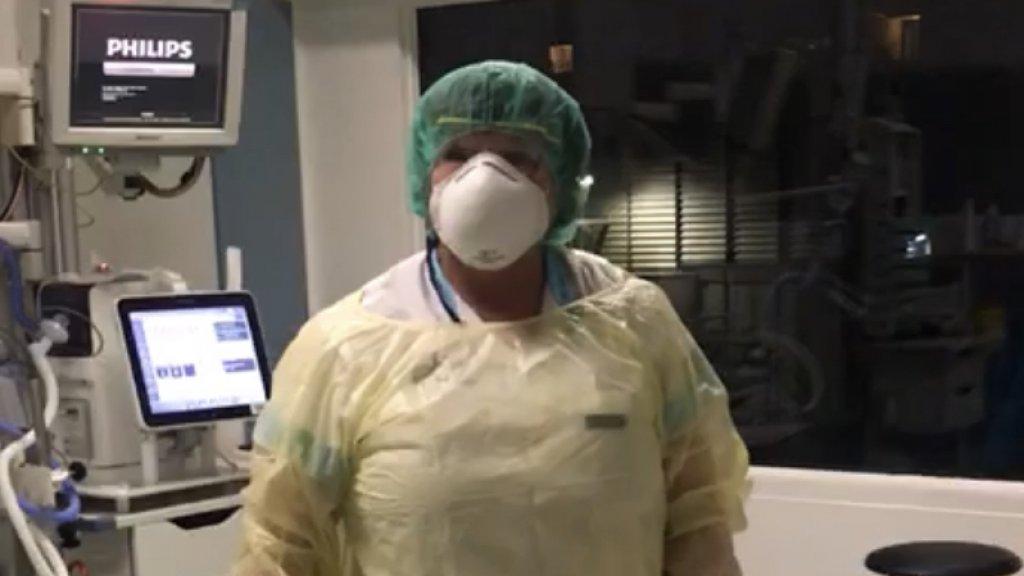 Marlies aan het werk in beschermende kleding