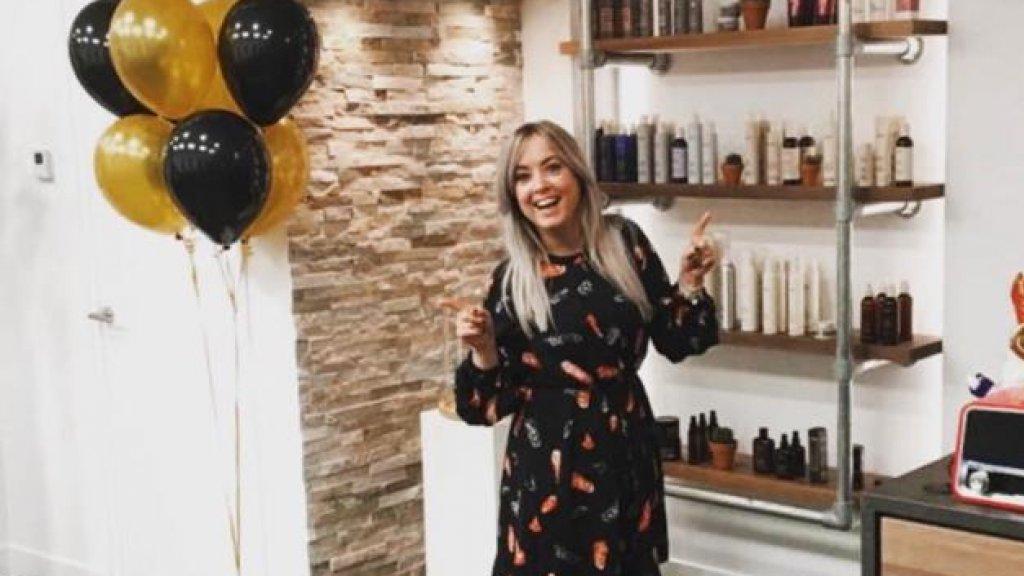 Daizy tijdens de opening van haar nieuwe salon.