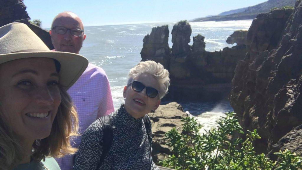 Camille met haar ouders in Nieuw-Zeeland.