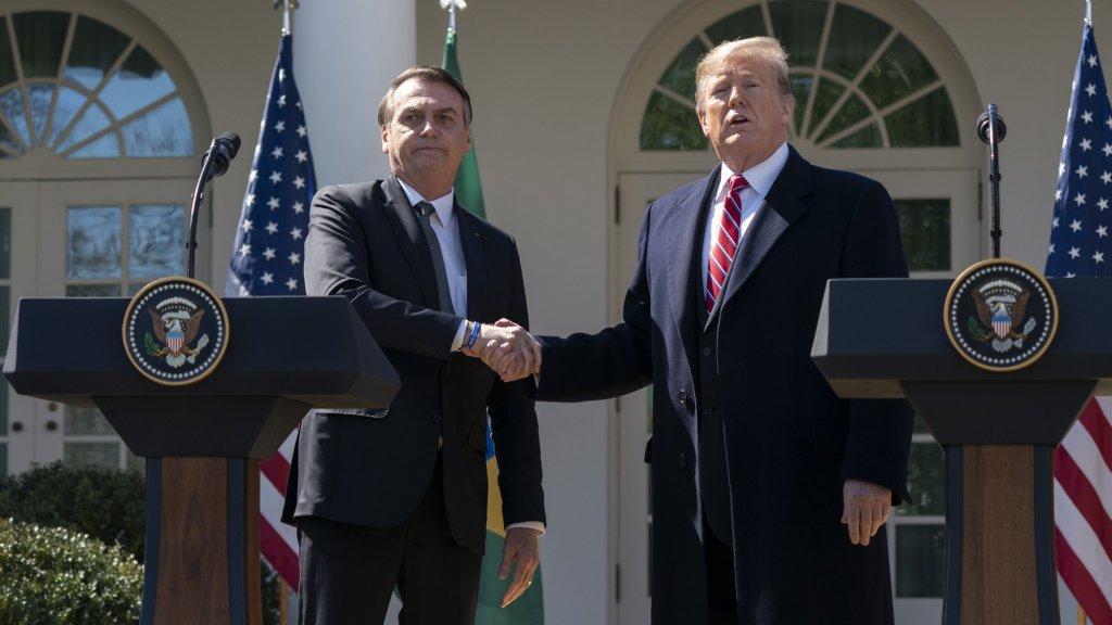 Bolsonaro tijdens zijn bezoek aan Donald Trump begin maart. Meerdere mensen uit de meegereisde delegatie van de Braziliaanse president bleken achteraf besmet met het coronavirus.