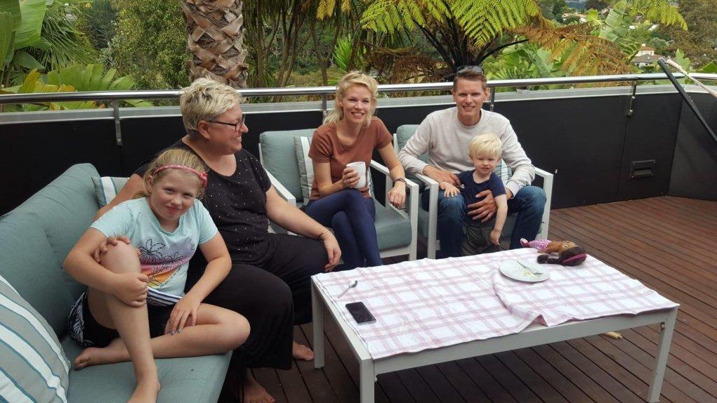 Marijke en haar gezin in Tauranga, bij het verre familielid dat ze heeft opgevangen.