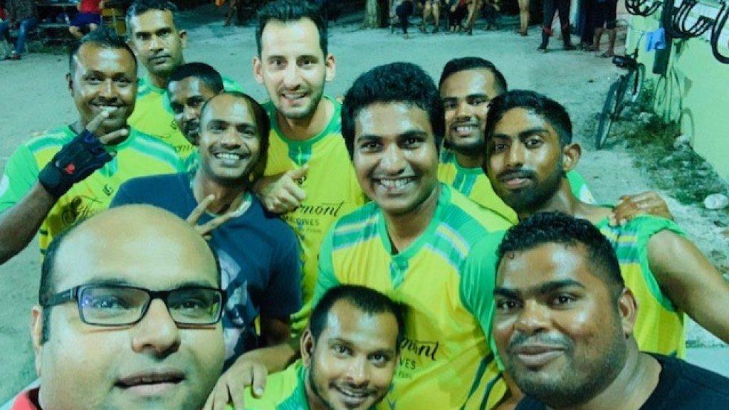 Bij een volleybaltoernooi met collega's.