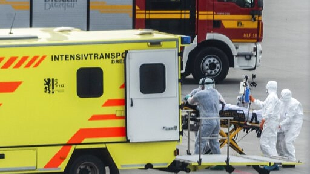 Italiaanse patiënt wordt in een Duitse ambulance gelegd.