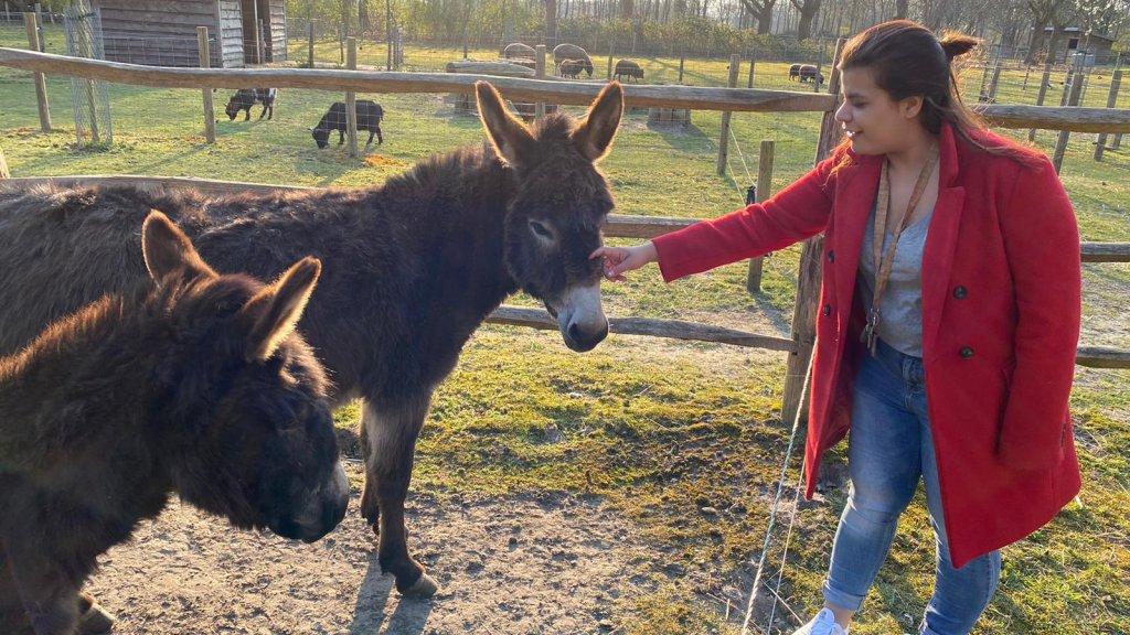 Danisha in de tuin van de woongroep, waar ook dieren leven.